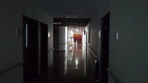 停電点検の為、照明の落ちた1階廊下                    ~奥は大浴場~