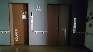 停電点検の為、電源の落ちた状態のエレベーター~1階エレベーターホール~