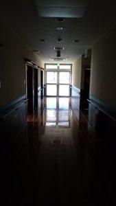 停電点検の為照明の落ちた居室前廊下~2階南ユニット~